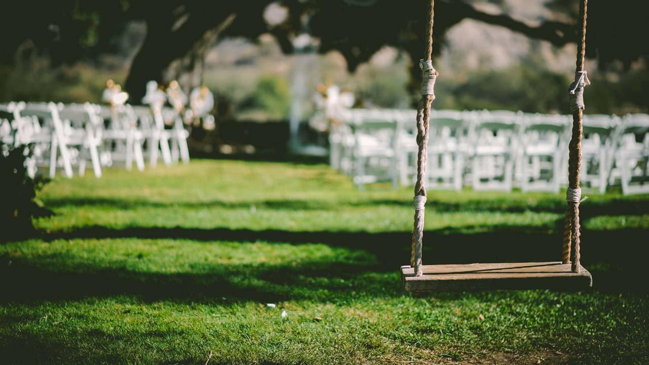 結婚式のセレモニーが行われる公園