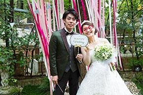 ガーデンでカメラにポーズする花嫁と花婿