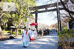神社の参道を進む和婚の花嫁行列