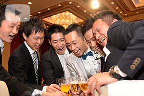 結婚式の披露宴で乾杯の瞬間