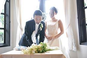 署名をする新郎をみつめる花嫁